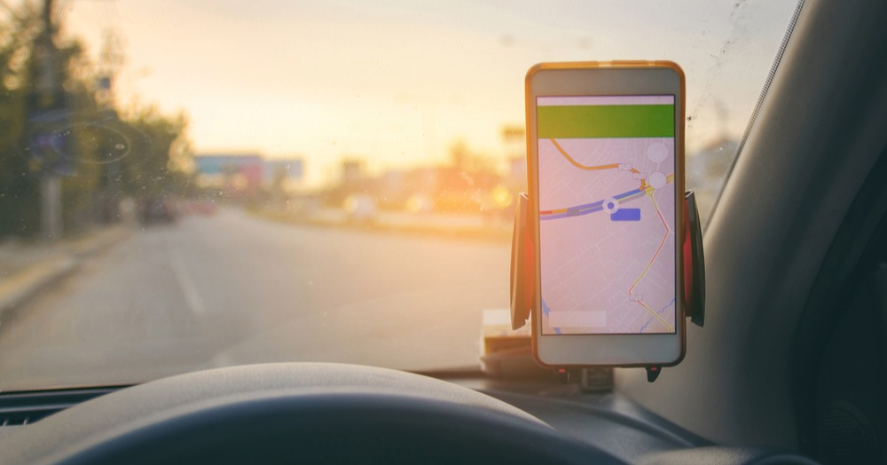 mobile-phone-gps-device-in-car